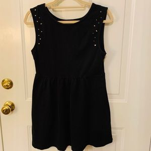 Super flattering casual black dress